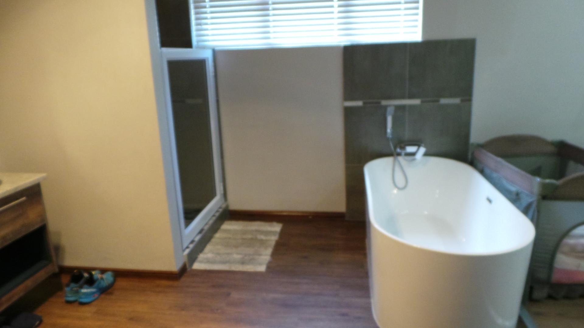 Bathroom main bedroom