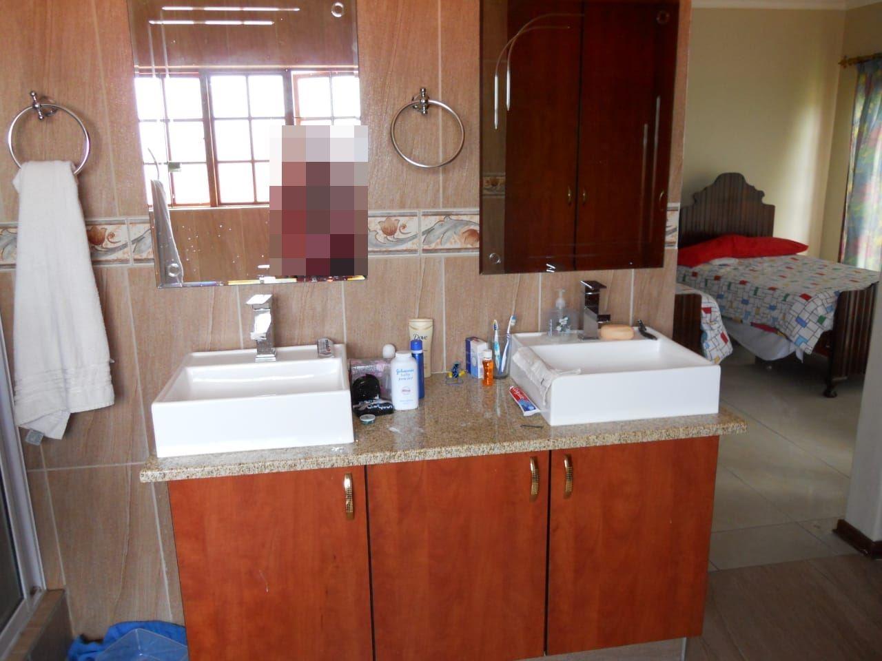 En-suite bathroom in main bedroom