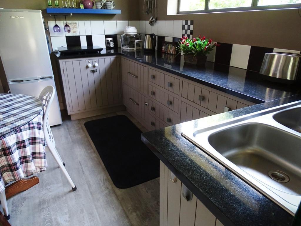 Suite 4 (cottage) - kitchen area