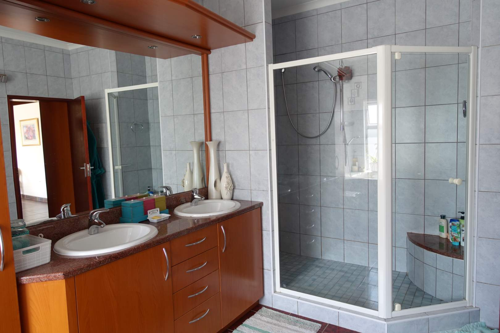 Main bathroom with shower, bath tub and separate toilet