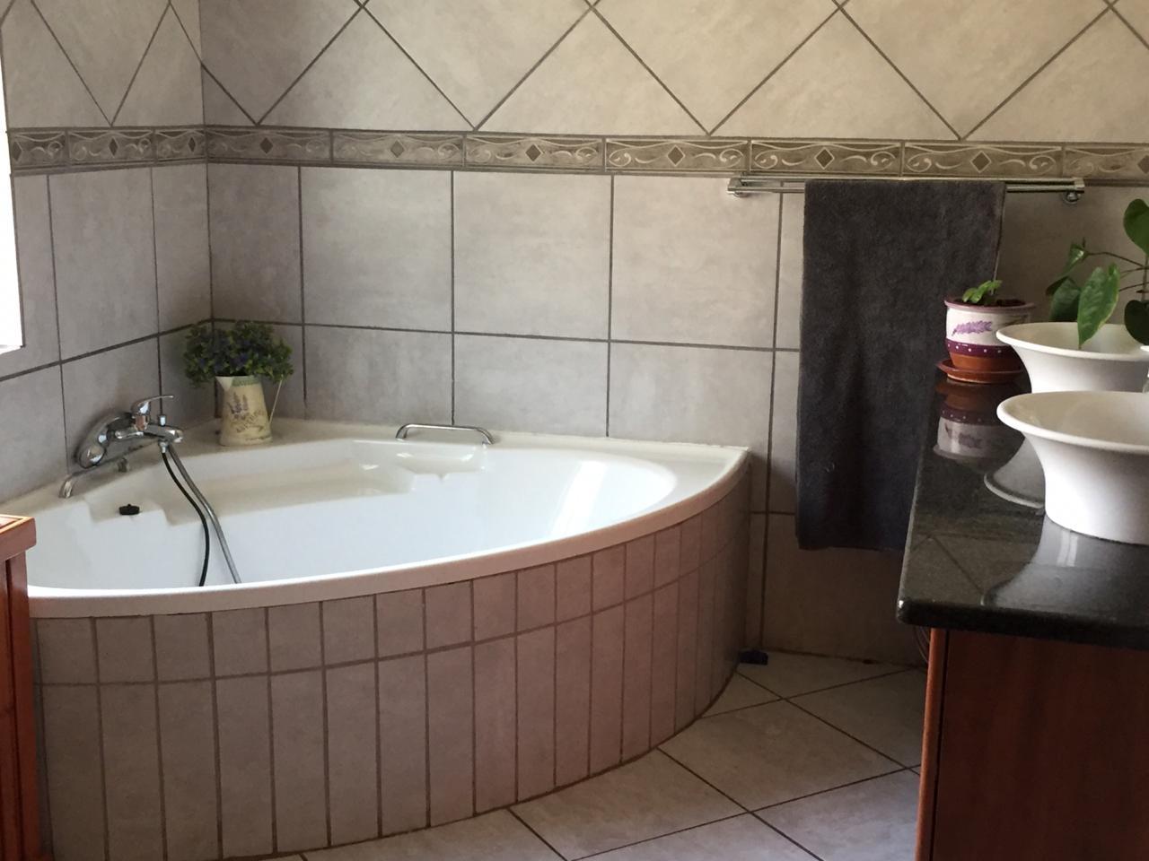Corner bath in en-suite bathroom