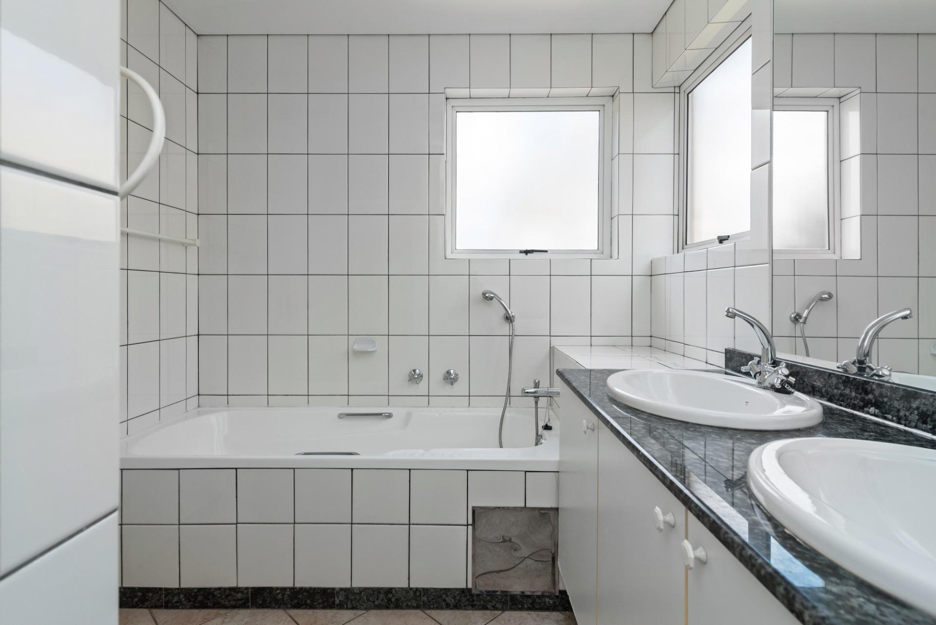 3c the riviera robert main bath.jpeg