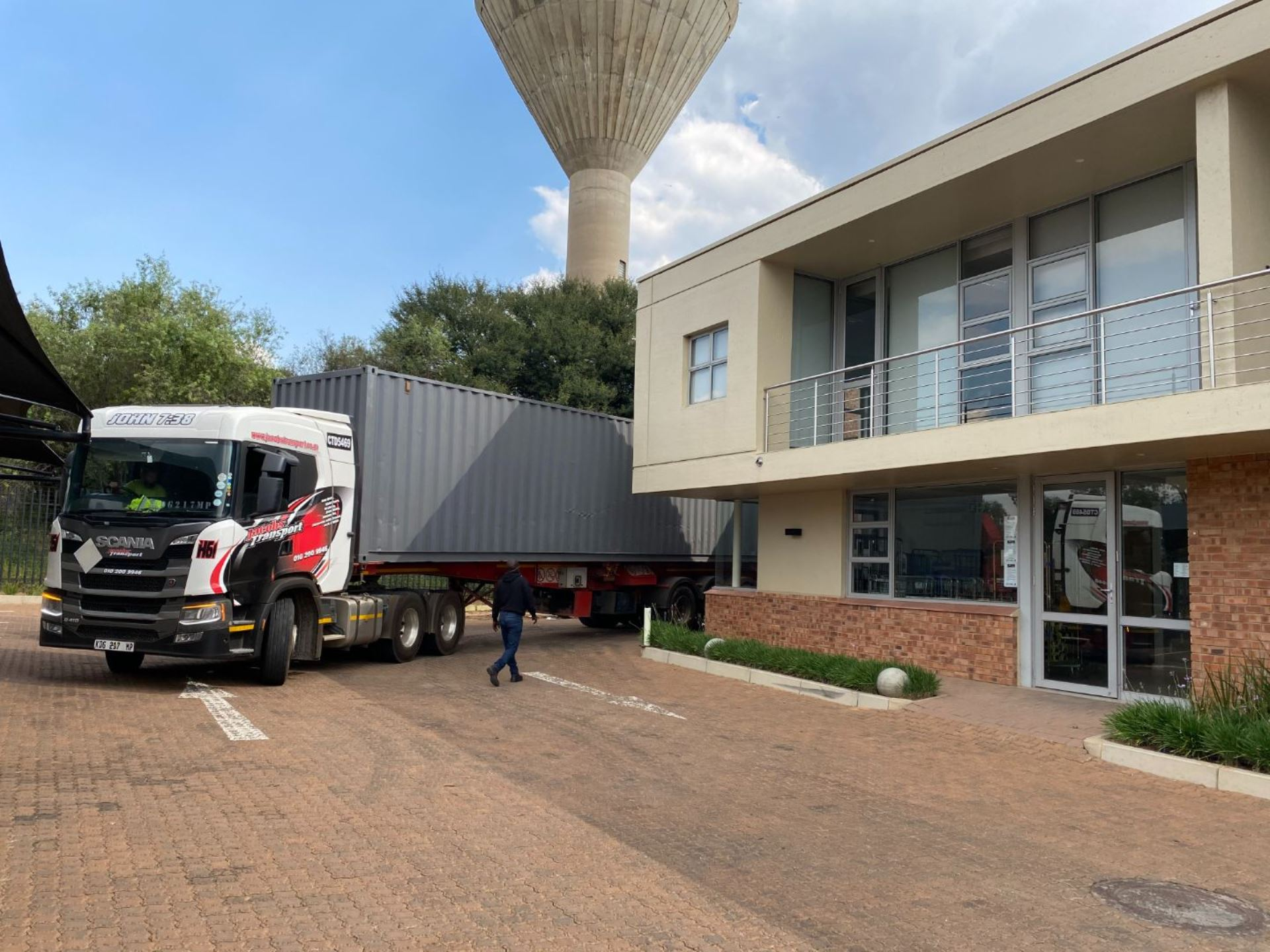 Access for trucks - Warehouse TO LET in Midrand