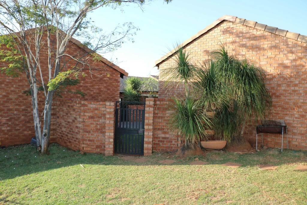 Property and Houses for sale in Mooikloof Ridge, Townhouse, 3 Bedrooms - ZAR 1,198,000