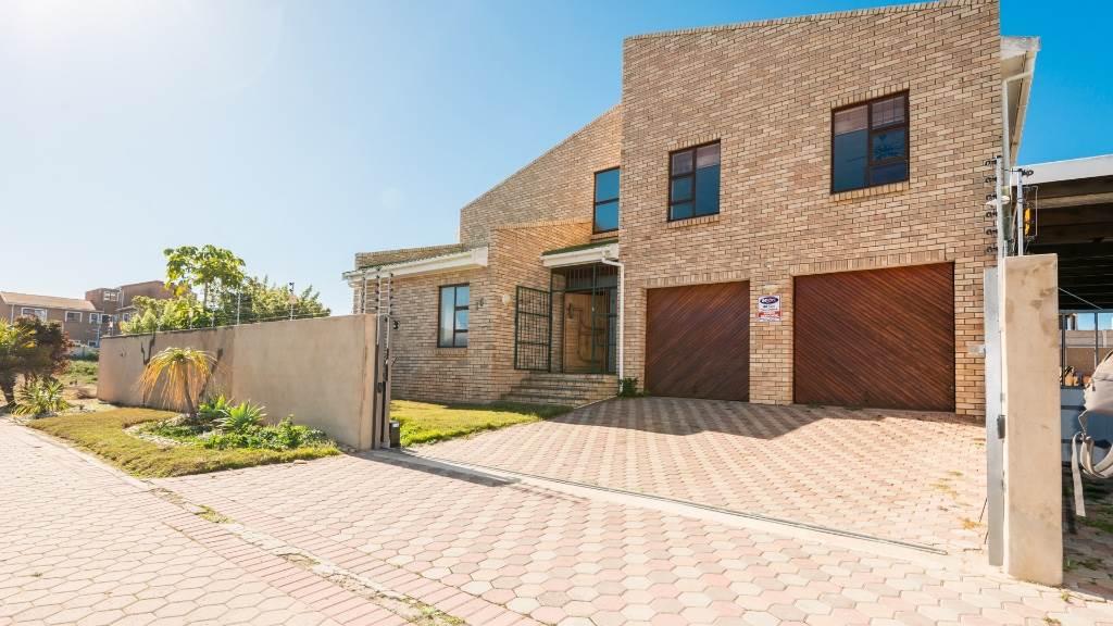 5 BedroomHouse Pending Sale In Diaz Beach