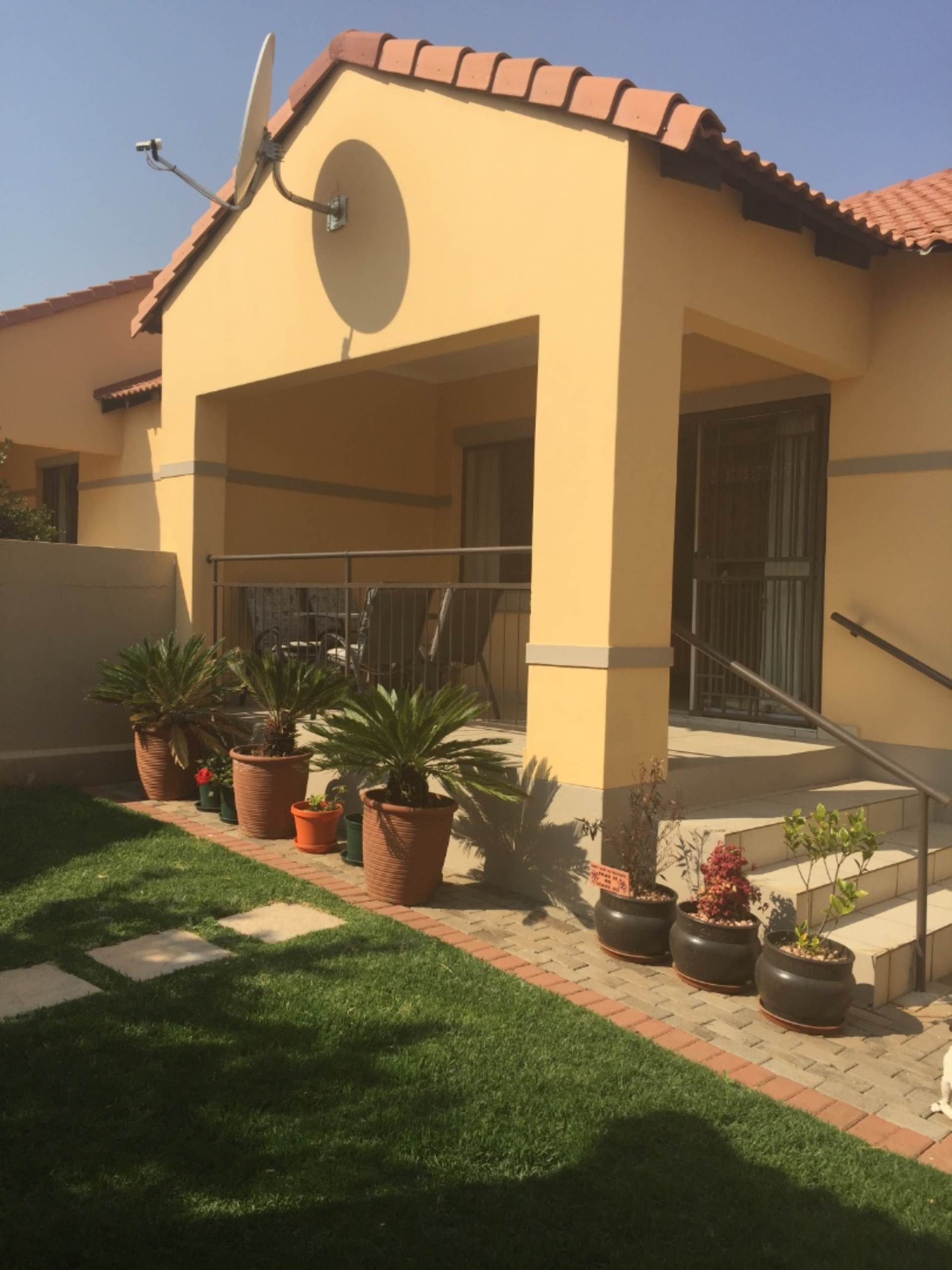 Property and Houses for sale in Mooikloof Ridge, Townhouse, 2 Bedrooms - ZAR 1,055,000