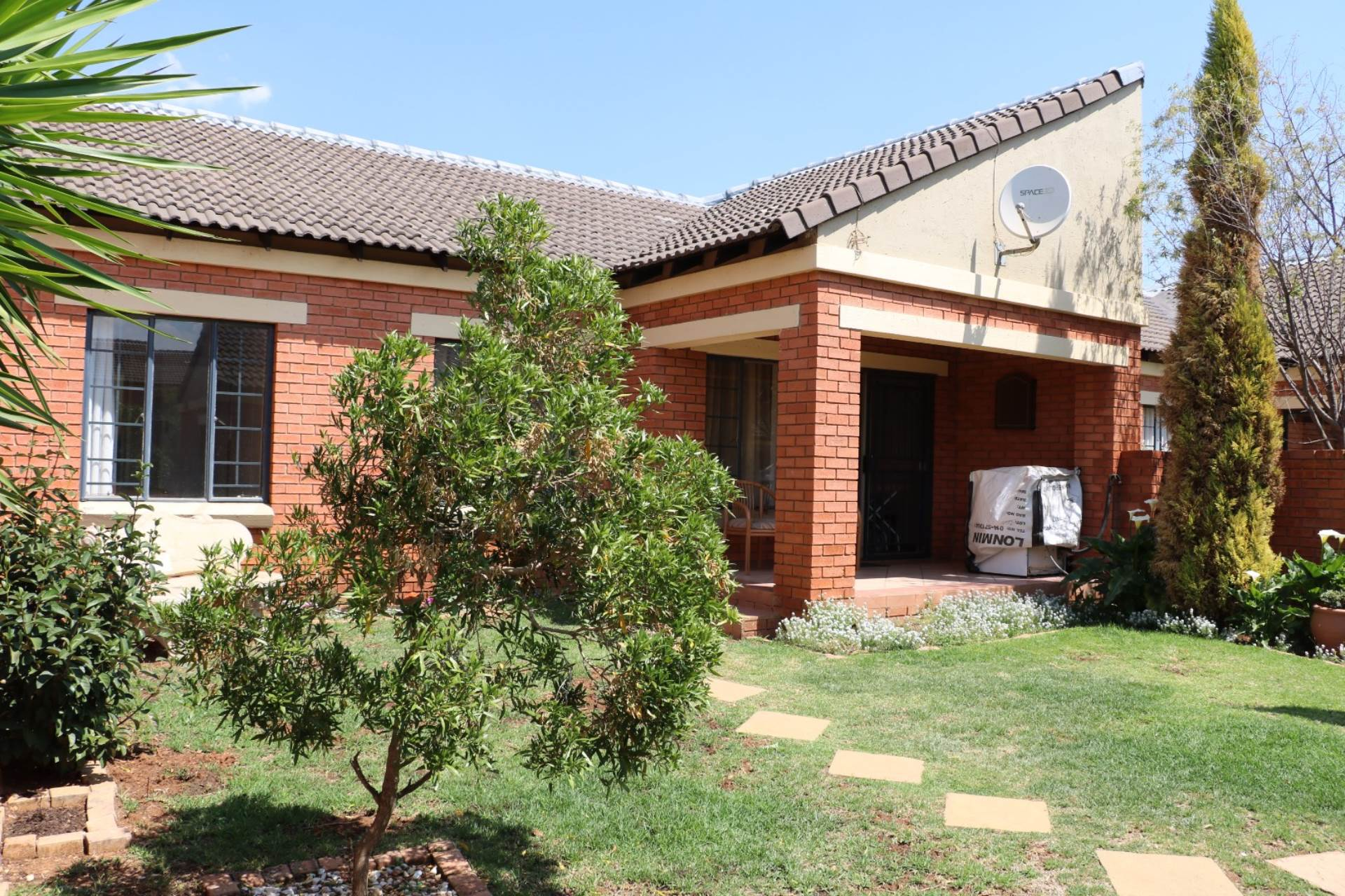 Property and Houses for sale in Mooikloof Ridge, Townhouse, 2 Bedrooms - ZAR 1,110,000