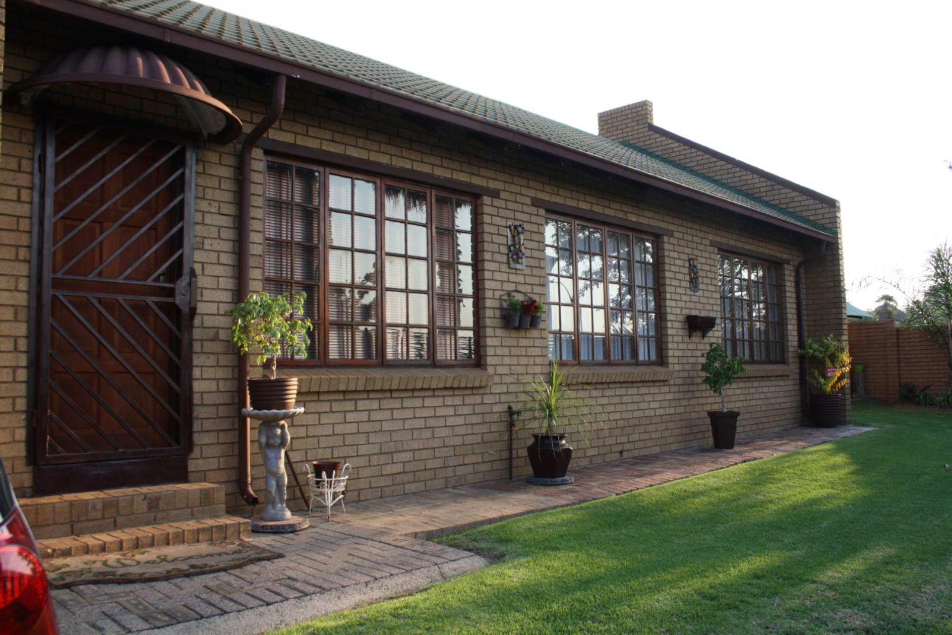3 BedroomTownhouse To Rent In Model Park