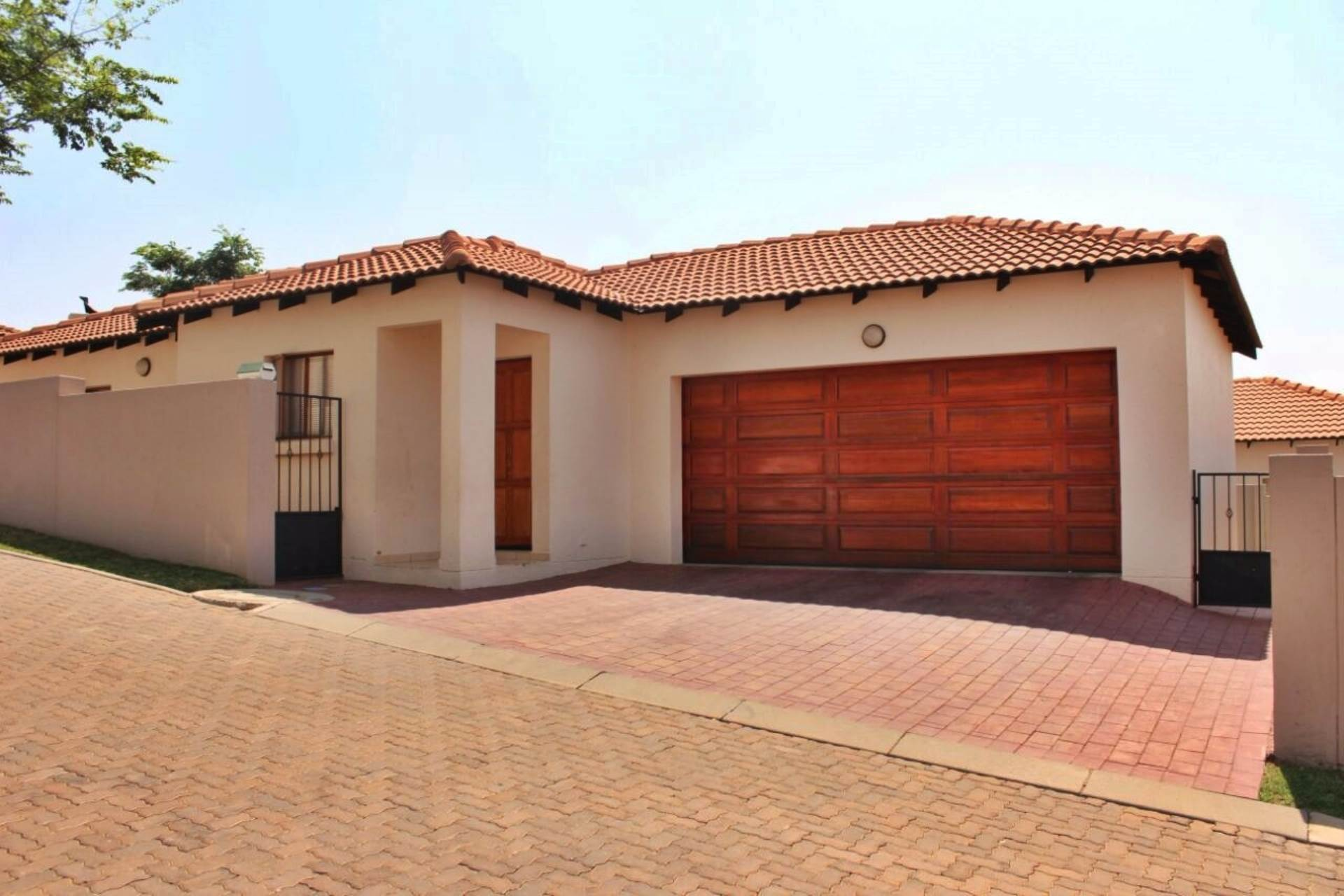 3 BedroomTownhouse For Sale In Thatchfield Estate
