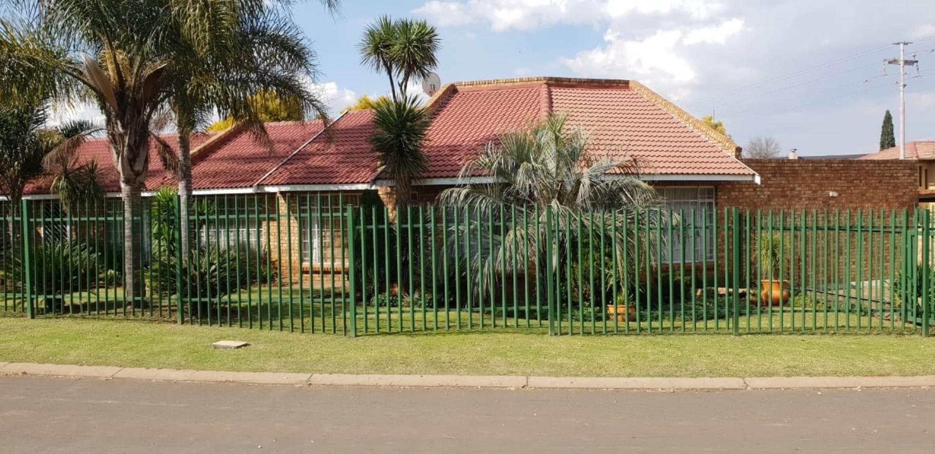 3 BedroomHouse To Rent In Dersley