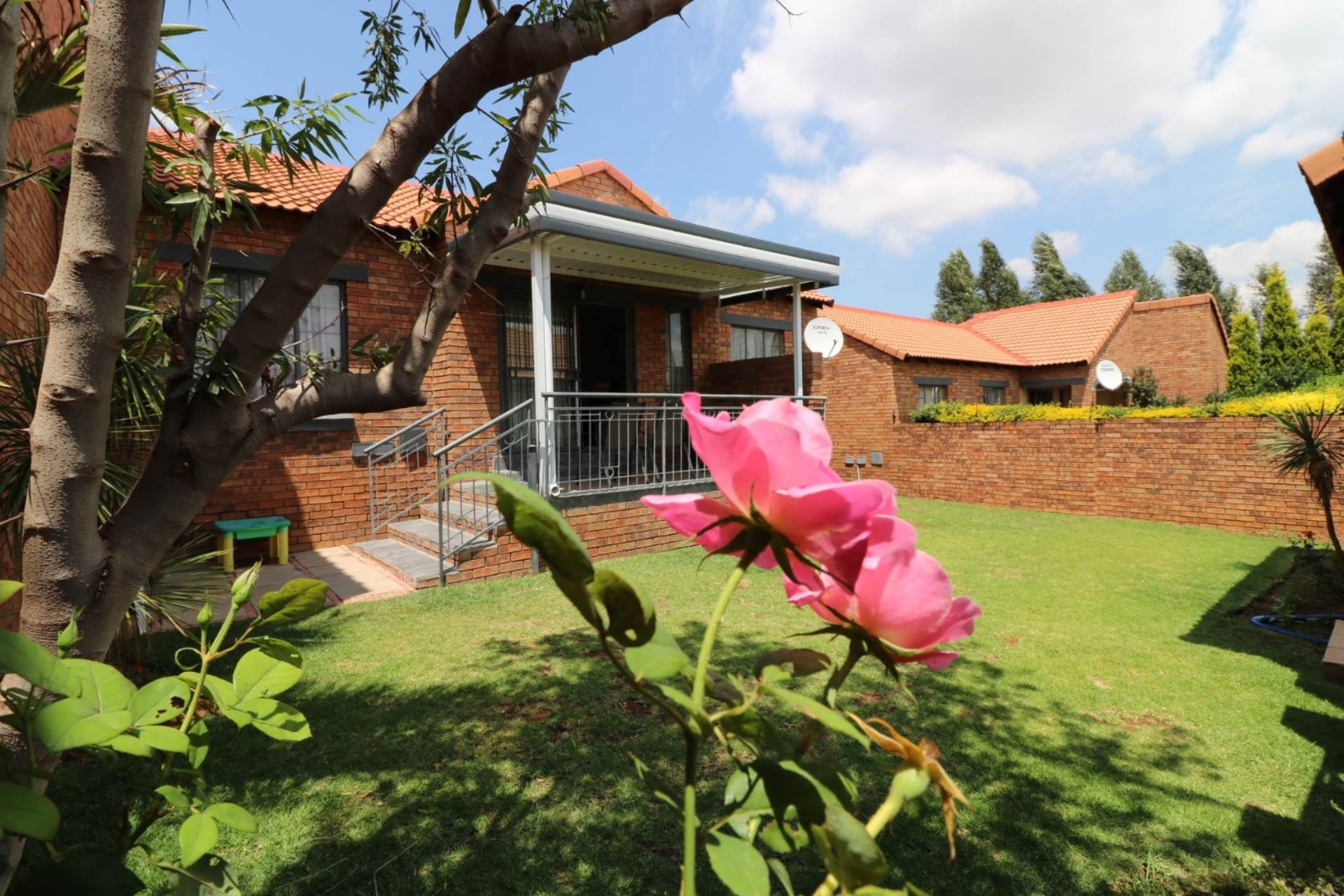 Property and Houses for sale in Mooikloof Ridge, Townhouse, 2 Bedrooms - ZAR 1,199,000