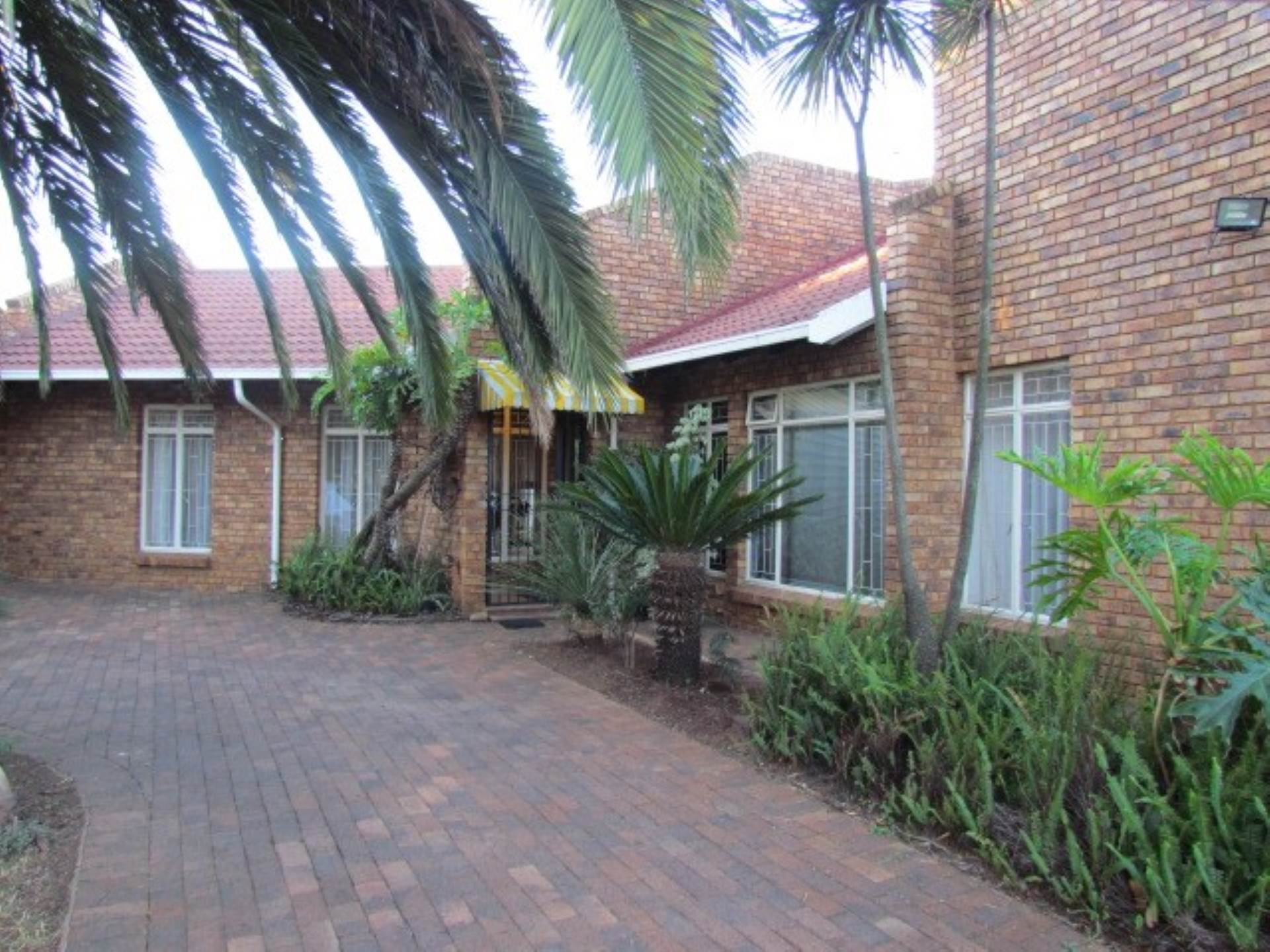 Property and Houses for sale in Elarduspark Ext 3, House, 3 Bedrooms - ZAR 2,100,000