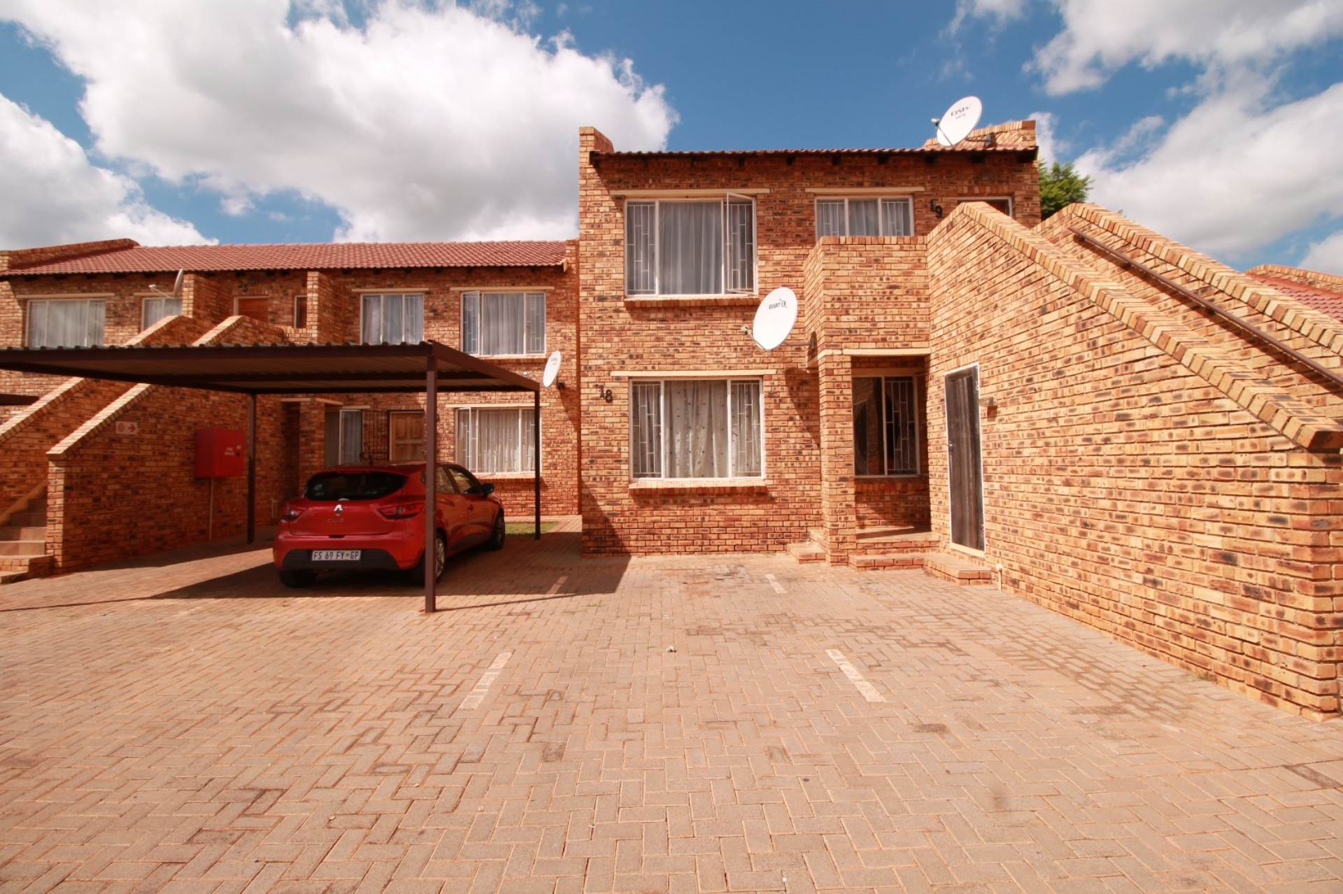 Property and Houses for sale in Clarina, Townhouse, 3 Bedrooms - ZAR 499,000