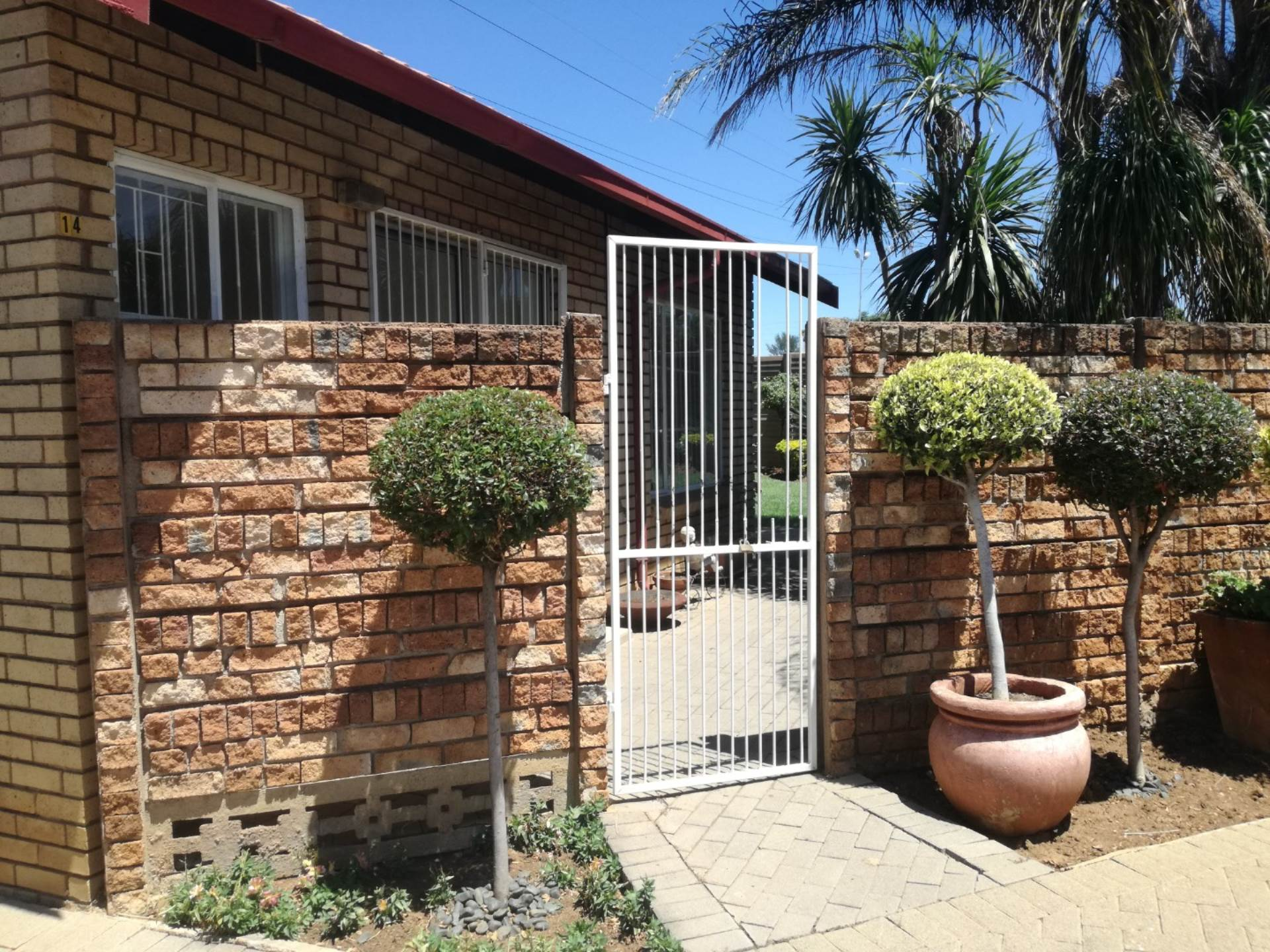 Property and Houses for sale in Erasmuskloof Ext 2, Townhouse, 2 Bedrooms - ZAR 870,000