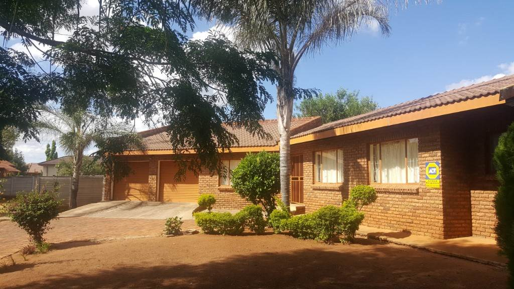 3 BedroomHouse For Sale In New Flora Park