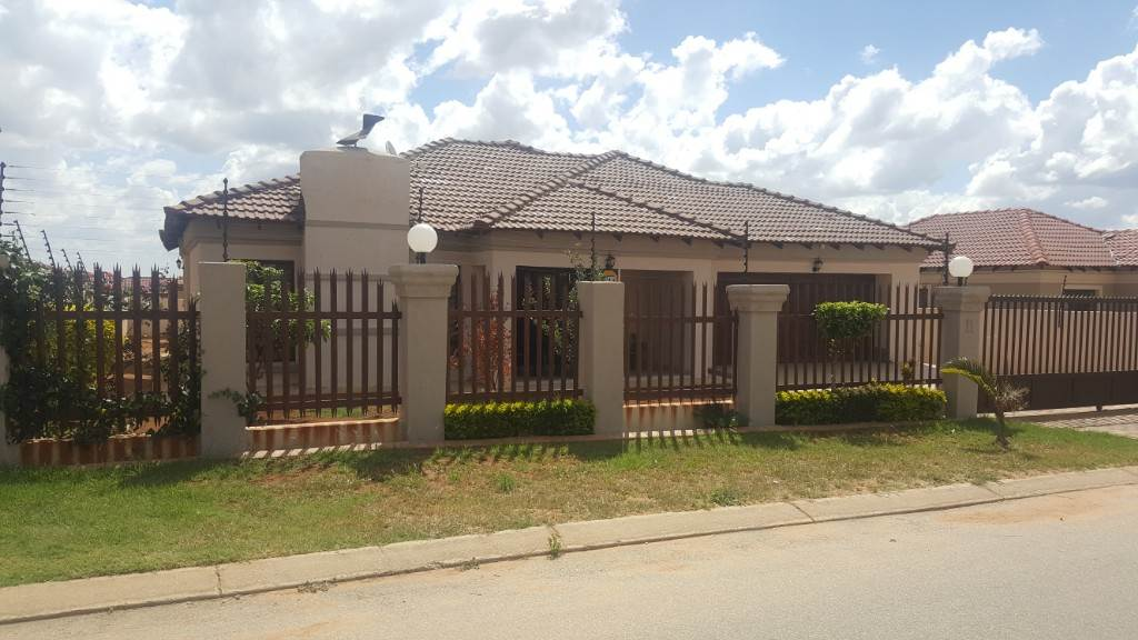 4 BedroomHouse For Sale In New Flora Park