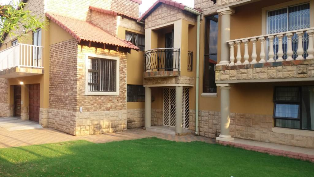 Property and Houses for sale in Moreleta Park, House, 5 Bedrooms - ZAR 2,700,000