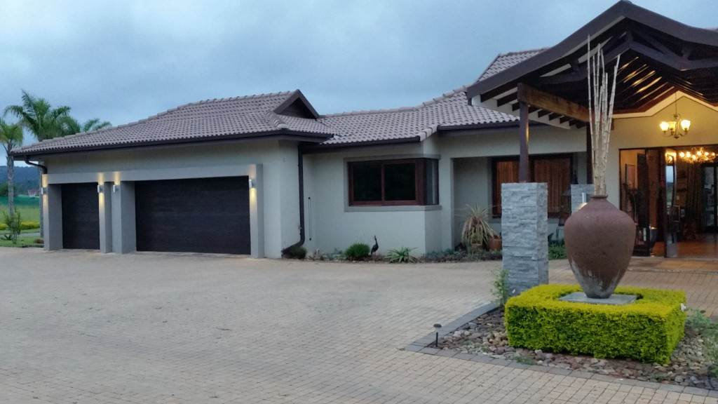 6 BedroomSmall Holding For Sale In White River & Ext