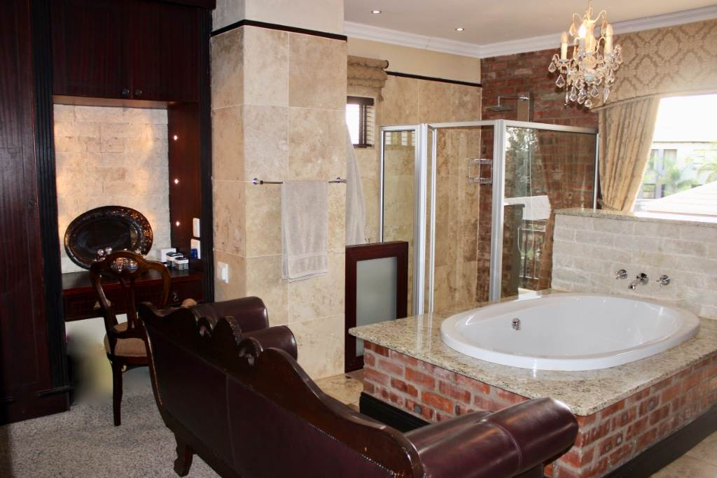 Woodland Hills property for sale. Ref No: 13473874. Picture no 16