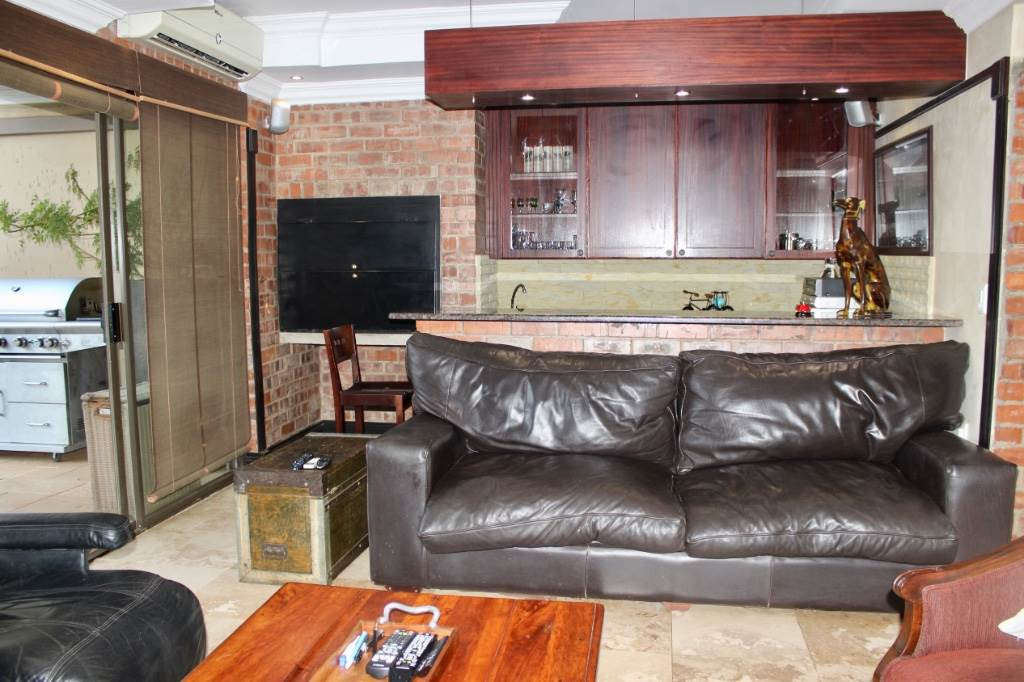 Woodland Hills property for sale. Ref No: 13473874. Picture no 10