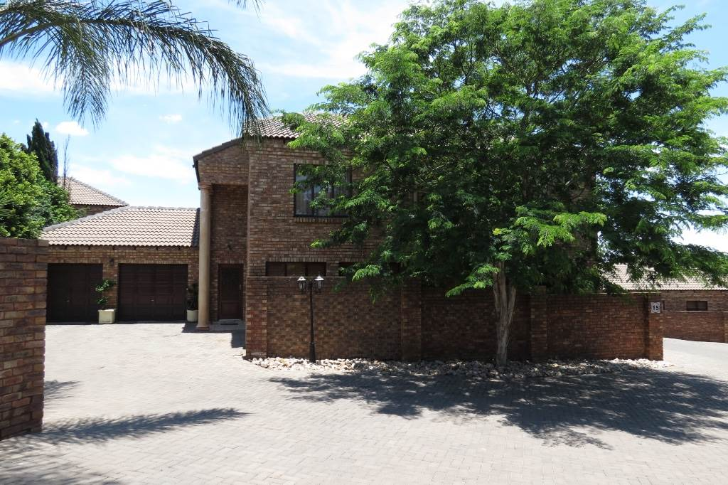 Property and Houses for sale in Six Fountains, House, 4 Bedrooms - ZAR 2,300,000