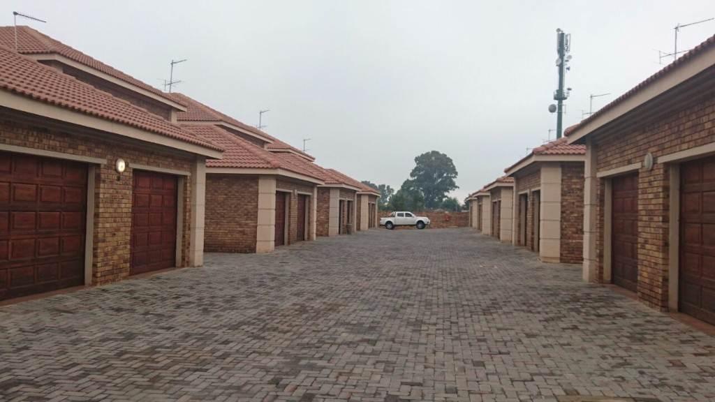 3 BedroomTownhouse To Rent In Eastvale