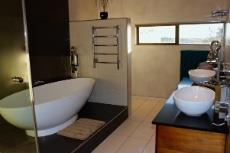 Main bathroom (en-suite)