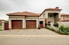 4 Bedroom House for sale in Olympus 1066742 : photo#0