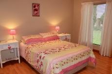 Guest bedroom with en-suite bathroom