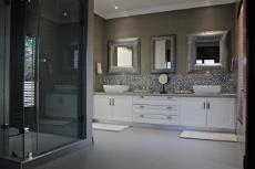 Main bathroom shower and vanity