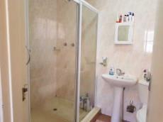 Full main-en-suite bathroom