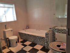 Full main-en-suite bathroom