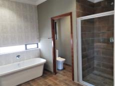 Main-en-suite bathroom on the other wing