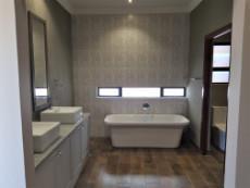 Beautiful full main-en-suite bathroom