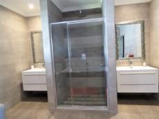 Main bathroom en-suite