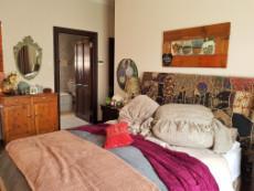 Main bedroom with main-en-suite bathroom