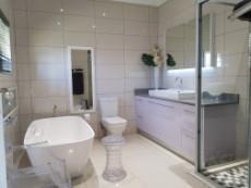 Full main-en-suite bathroom with loose standing bathtub