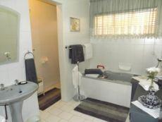 Full main bathroom en suite