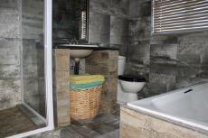 Guest bathroom (en-suite)
