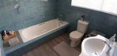 Main bathroom en suite