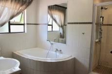 Full main en-suite bathroom